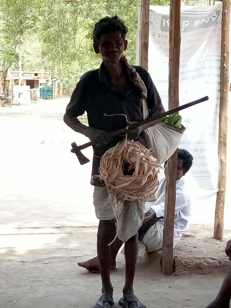 Chukutia bhunjia a man of Cherchunkhol village return from forest collection of kendu leaf and rope CBDA Sunabeda.jpe